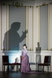 Alex Penda als Elisabetta di Valois vor den Licht- und Schattenspielen, welche die St.Galler Inszenierung von Verdis «Don Carlo» deutlich mitprägen. (Bild: Iko Freese)