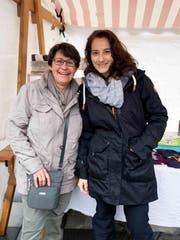Susi Siegenthaler und Carmen Kohler trotzen dem Regen.