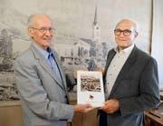 Karl Hardegger, links, präsentiert sein Buch zusammen mit Laudator Werner Schöb. (Bild: Hansruedi Rohrer)