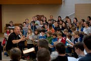 Eberhard Rex leitet eine Probe der Luzerner Kantorei in der Kirche Weinbergli Luzern. Bild: Corinne Glanzmann (Luzern, 27. Oktober 2018)