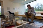 Stöbern in Ausstellungskatalogen: Der Lagerverkauf des Kunstmuseums Appenzell lockte vor allem Bücherliebhaber an. (Bild: Claudio Weder)