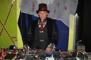 Jugendtreffleiter Stephan Mayenknecht kümmerte sich als DJ um die Musik im «Halloween-Treff». (Bild: Peter Spirig)
