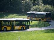 In mehreren Kantonen droht Postauto der Verlust von Buslinien respektive Aufträgen. (Bild: KEYSTONE/URS FLUEELER)