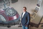 Mobilezone-CEO Markus Bernhard vor einem Graffiti am neuen Hauptsitz in Rotkreuz. (Bild: Boris Bürgisser, 26. Oktober 2018)