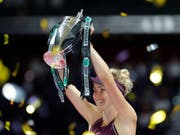 Jelina Switolina strahlt mit dem Pokal der WTA Finals um die Wette (Bild: KEYSTONE/AP/VINCENT THIAN)