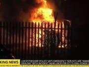 Der Helikopter ging nach dem Absturz in Flammen auf. (Bild: Sky News/Twitter)