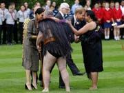 Prinz Harry und seine Frau Meghan werden in Neuseeland auf Maori-Art willkommen geheissen. (Bild: KEYSTONE/AP/KIRSTY WIGGLESWORTH)