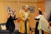 Abbigail (Luzia Eicher, rechts) stellt die Zeit zurück: Gothic-Girl Dani (Vreni Schläpfer, links) und der wiederbelebte Lukas Stammer (Rolf Helg). (Bild: Michael Hug)