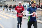 Unterwegs auf dem Halbmarathon: Jubilar Heiri Bernet (in Rot), vor ihm Läuferkollege Stefan Notter. (Bild: Roger Zbinden, 28.Oktober 2018)