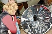 Der Solarkocher wegen grosses Interesses geweckt und verblüfft. (Bild: Heidy Beyeler)