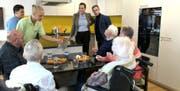 Szene aus dem Film: Schauspieler Philipp Langenegger stattet der Küche in der Stiftung Altersbetreuung Herisau einen Kontrollbesuch ab. Das Fondue ist aber bereits verschwunden. Auf dem Tisch steht Rohkost. Bild: PD