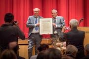 Karl Schmuki (links) erhält den Gossauer Preis von Stadtpräsident Wolfgang Giella. (Bild:Urs Bucher)