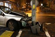 Das Auto wurde beim Selbstunfall vom Sonntag stark beschädigt.