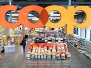 Coop erhöht Löhne im kommenden Jahr leicht. (Bild: KEYSTONE/GAETAN BALLY)