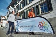 Bernadette Götsch, Ursi Senn-Bieri und Roger Häfner tragen die Fahne für die Aktionen im November. (Bild: Mario Testa)