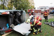 Die Feuerwehrleute schnitten das Autodach mit dem Trennschneider auf. (Bild: Benjamin Schmid)