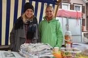 Die Lehrerinnen Lea Söldi (links) und Somona Hinder informierten mit ihren Schülerinnen und Schülern über den Rückgang der Sammelmenge bei ihren Altpapiersammlungen.