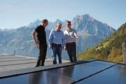 Beni Gisler (links) und Bruno Gamma (rechts) von der Gamma Immobilien AG begutachten mit Remo Burgener vom EWA die neue Fotovoltaikanlage auf dem Dach des Wohnhauses in der Schilligmatte (Bild: PD)