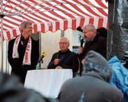 Das präsidiale Rededuell im verregneten Winterthur: Frauenfelds Stapi Anders Stokholm (mit FC-Winterthur-Schal), Moderator Hugo E. Götz und Winterthurs Stapi Michael Künzle. (Bild: gs)