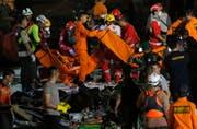 Rettungskräfte bringen die im Meer gefundenen Überreste der Absturz-Opfer in den Hafen von Jakarta. (Bild: Tatan Syuflana/Keystone (29. Oktober 2018))