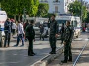 Nachdem sich eine Frau in Tunis auf der zentralen Geschäftsstrasse Avenue Habib Bourguiba in die Luft sprengte, sperrte die Polizei den Tatort weiträumig ab. (Bild: KEYSTONE/AP/RIADH DRIDI)