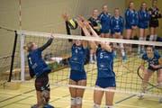 Die Luzernerinnen Juliana Furrer (Nummer 4) und Magdalena Hofstetter (5) blocken einen Smash der Aadorferin Muriel Grässli. (Bild: Nadia Schärli (Luzern, 27. Oktober 2018)