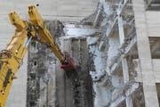 Der Abbruch-Bagger frisst sich in die 52 Meter hohe Beton-Konstruktion.