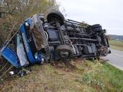 Der Chauffeur eines Lastwagens ist am Montagnachmittag bei einem Selbstunfall im Kanton Schaffhausen verletzt worden. (Bild: Kantonspolizei Schaffhausen)