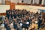 Chor und Orchester des Concertus rivensis, Leitung Enrico Lavarini, bei «Otcentas» mit Tenor Karl Jerolitsch. (Bild: Adi Lippuner)