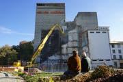 Schaulustige verfolgen, wie der in den Jahren 1962 bis 1965 gebaute 52 Meter hohe Weizensilo in Rickenbach abgebrochen wird. (Bild: Sandro Büchler)