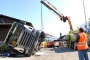 Im Gebiet Löwengrube kippt ein Milchtanklastwagen. (Bild NZ)