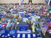 Fans des englischen Erstligisten Leicester City haben Blumen und Andenken an der Unglücksstelle in der Nähe ihres Fussballstadions hinterlassen. Der Besitzer des Vereins, der thailändische Milliardär Vichai Srivaddhanaprabha war bei dem Helikopterunfall ums Leben gekommen. (Foto:Tim Keeton/EPA) (Bild: KEYSTONE/EPA/TIM KEETON)