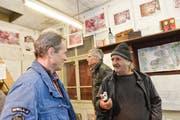 Tonband und Mütze: Felix Brenner unterhält sich mit einem Besucher, im Hintergrund Mitorganisator Christian Laib. (Bild: Donato Caspari)