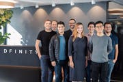 Das Zürcher Dfinity-Team v.l.n.r.: David Derler, Gregory Neven, Manu Drijvers, Jan Camenisch, Maria Dubovitskaya, Robert Lauko, Yulin Liu, Andrea Cerulli. (Bild: PD)