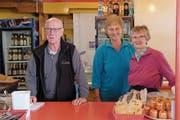 Am Sonntag standen Sepp Burch und seine Mitarbeiterinnen Anni Kathriner und Ruth von Ah (von links) zum letzten Mal im «Passhöchi-Beizli» hinter der Theke. (Bild: Richard Greuter (Glaubenberg, 28. Oktober 2018))