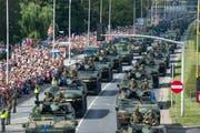 Die «Grosse Parade der Unabhängigkeit» zog in Warschau Tausende Schaulustige an. (Bild: Jaap Arriens/Nur Photo, 15. August 2018)