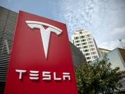 Daimler zeigt sich offen für Partnerschaft mit Tesla. (Bild: KEYSTONE/EPA/ROMAN PILIPEY)