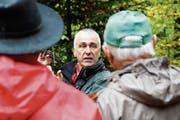Kreisforstingenieur Ueli Ulmer spricht über die Baumartenvielfalt im Forstrevier Feldbach. (Bild: Salome Preiswerk-Guhl)