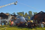 Die Feuerwehr bei den Löscharbeiten im Lorze-Areal. (Bild: Mario Testa)