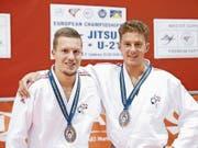 Sind zufrieden mit dem dritten Podestplatz: die Krienser Janik Arnet (links) und Dario Francioni (Bild: pd (Bologna, 28. Oktober 2018)