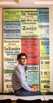 Der Schriftsteller Usama Al Shahmani im Aufenthaltsraum der Kantonsbibliothek in Frauenfeld. (Bild: Reto Martin)