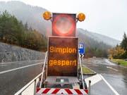 Wegen des starken Regens im Oberwallis wurde am Montag beispielsweise die Passstrasse auf den Simplon gesperrt. (Bild: KEYSTONE/ANDREA SOLTERMANN)