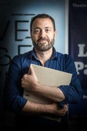 Jonas Knecht hält den Ordner mit Reklamationsbriefen, die er alle beantwortet hat. (Bild: Michel Canonica)