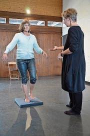 Irene Spirgi-Gantert (vorn) leitet Brigitte Gloor an. (Bild: Christian Breitschmid)