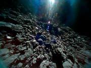 Die Oberfläche des Asteroiden Ryugu ist zerklüftet. Die Aufnahme vom 23. September stammt von einem Roboter-Kundschafter der japanischen Raumsonde «Hayabusa2. Nun macht der Lander «Mascot» weitere Bilder. (Bild: KEYSTONE/AP JAXA)