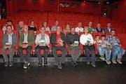 Die Filmemacher Daniel Felix und Christian Anderegg (im roten und im schwarzen Hemd in Mitten der Premierengäste). (Bild: EF)