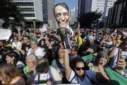 Anhänger des ultrarechten Präsidentschaftskandidaten Jair Bolsonaro bekunden auf der Avenida Paulista in Sao Paulo ihre Unterstützung. Bild: Sebastiao Moreira/Keystone (9.September 2018)