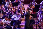 Joseph Sieber beim Dirigieren des Zentralschweizer Jugendsinfonieorchesters im Konzertsaal des KKL. (Bild: Manuela Jans-Koch/LF (Luzern, 1. September 2018))