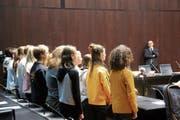 Die Schüler singen «Heal the World» für Alain Berset. (Bild: Elena Fasoli)