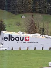 Der Sturm zerstörte das Dach der Firma «elbau» in Bühler. (Bild: pd)